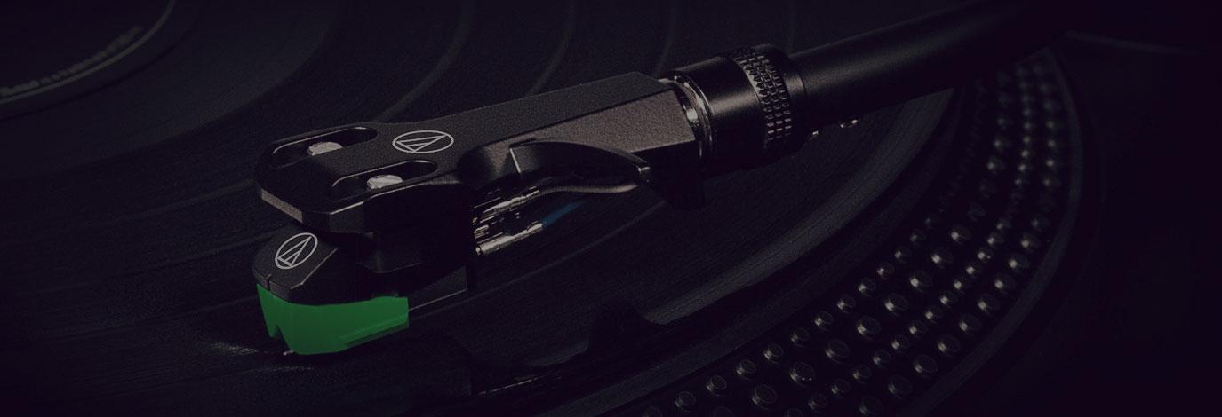 Audio Technica AT-LP120XBT-USB es un plato giradiscos de tracción directa sumamente versátil, con conectividad Bluetooth y USB