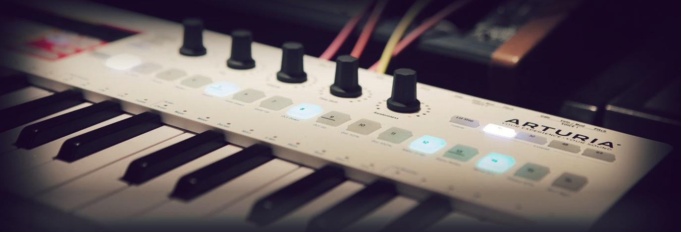 Arturia KeyStep Pro 2.0 es la última actualización de firmware gratuita que nos ofrece Arturia para su potente teclado controlador MIDI y secuenciador, KeyStep Pro.